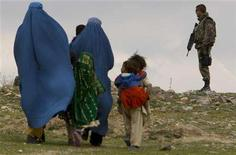<p>A French soldier from the NATO forces keeps watch as Afghan women and their children arrive to attend a free medical assistance camp by the NATO-led International Security Assistance Force in the outskirts of Kabul April 3, 2008. REUTERS/Ahmad Masood</p>