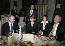 <p>Президент России Владимир Путин (слева) и его американский коллега Джордж Буш беседуют за обедом на саммите НАТО в Бухаресте 3 апреля 2008 года. Уходящий президент России Владимир Путин и его американский коллега Джордж Буш, также покидающий свой пост, на встрече в Сочи в субботу попытаются преодолеть разногласия по поводу установки системы противоракетной обороны в Польше и Чехии, а также расширения НАТО за счет бывших советских республик.(REUTERS/RIA-Novosti/Kremlin)</p>
