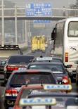 <p>Una trafficata strada di Pechino. La capitale cinese ospiterà ad agosto i Giochi Olimpici, e molti hanno espresso timori sulle conseguenze dell'inquinamento atmosferico sulle prestazioni degli atleti. REUTERS/David Gray</p>