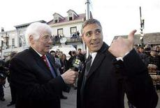 <p>George Clooney (R) is interviewed by his father Nick Clooney on the red carpet during the premiere of Leatherheads in his home town of Maysville, Kentucky March 24, 2008. REUTER/John Sommers II</p>
