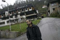 """<p>Actor Colin Farrell walks on a street in Srebrenica April 5, 2008. Farrell is in Bosnia to prepare for his new film """"Triage"""" about a war photographer. It is directed by award-winning Bosnian director Danis Tanovic. REUTERS/Damir Sagolj</p>"""