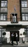 """<p>Funzionari di polizia controllano l'ingresso dell'ospedale """"King Edward VII"""" di Londra. REUTERS/Luke MacGregor</p>"""