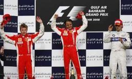 <p>Felipe Massa comanda dobradinha da Ferrari no Barein. Felipe Massa e os pilotos Kimi Raikkonen e Robert Kubica, que terminaram em segundo e terceiro, respectivamente. O brasileiro comandou a dobradinha da Ferrari no Grande Prêmio do Barein neste domingo, e Raikkonen assumiu a liderança do campeonato. 6 de abril. Photo by Hamad I Mohammed</p>