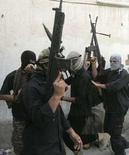 """<p>Боевики """"Армии Мехди"""" выкрикивают лозунги около офиса духовного лидера иракских шиитов Моктады аль-Садра в Багдаде, 30 марта 2008 года. Движение духовного лидера иракских шиитов Моктады аль-Садра не сможет участвовать в политической жизни страны и принимать участие в выборах до тех пор, пока Садр не распустит подконтрольную ему """"Армию Мехди"""", сообщил телеканал CNN со ссылкой на премьер-министра Ирака Нури аль-Малики. (REUTERS/Kareem Raheem)</p>"""