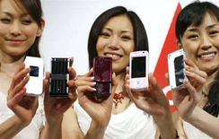 <p>Modelle giapponesi mostrano telefoni cellulari Ntt DoCoMo durante una conferenza stampa a Tokyo nell'aprile 2007. REUTERS/Michael Caronna</p>