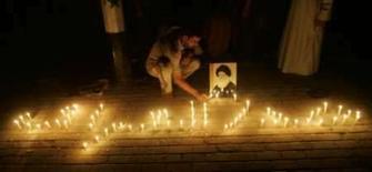 <p>Homem acende velas formando a palavra Sadr na estrada durante manifestação em Bagdá. O primeiro-ministro iraquiano, Nuri al-Maliki, agravou o tom contra os seguidores do clérigo xiita Moqtada al-Sadr. Photo by Kareem Raheem</p>