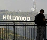 <p>Tourists pause on a walkway at a shopping mall which offers a view of the famed Hollywood sign at the hills in California, March 14, 2008. REUTERS/Fred Prouser</p>