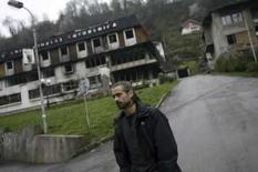 <p>O ator Colin Farrell andas nas ruas de Srebrenica, em 5 de abril. O ator irlandês Colin Farrell percorreu a Bósnia esta semana para sentir um pouco do clima vivido por repórteres durante a guerra de 1992-95, no intuito de se preparar para um novo filme. Photo by Damir Sagolj</p>