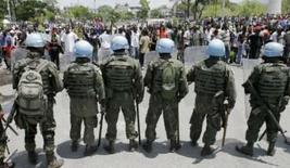 <p>Protestos contra alta dos alimentos paralisam capital haitiana. Manifestantes montaram barreiras com pneus em chamas e atiraram pedras contra a polícia nas ruas da capital do Haiti, na terça-feira, em protesto contra o custo de vida cada vez mais alto no país, que paralisou a cidade. 8 de abril. Photo by Eduardo Munoz</p>