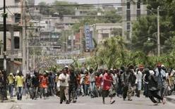 <p>Haitianos protestam nas ruas de Porto-Príncipe em 8 de abril de 2008. Photo by Eduardo Munoz</p>