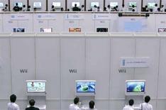 <p>Alcune persone giocano con la console Wii ad un evento multimediale di Nintendo a Chiba, vicino Tokyo. REUTERS/Yuriko Nakao</p>