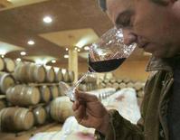 <p>Un enologo odora un bicchiere di Brunello di Montalcino a Montalcino per testarne l'invecchiamento. REUTERS/Dario Pignatelli/File (ITALY)</p>