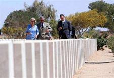 <p>Carlo e Camilla di Inghilterra in una visita al cimitero di El-Alamein in Egitto nel 2006. REUTERS/Khaled Desouki/Pool</p>