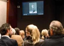 <p>Foto de Carla Bruni nua é vendida por US$ 91 mil em Nova York. Uma fotografia da primeira-dama francesa, Carla Bruni-Sarkozy, nua foi vendida nesta quinta-feira em Nova York por 91.000 dólares, valor 20 vezes maior que o esperado. 10 de abril. Photo by Brendan Mcdermid</p>