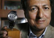 """<p>Yeslam BinLadin, fratellastro di Osama bin Laden, con l'orologio """"The Aviator"""" di sua creazione. REUTERS/Denis Balibouse (SWITZERLAND)</p>"""