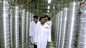 <p>O presidente iranianon, Mahmoud Ahmadinejad, visita unidade de enriquecimento de urânio em Natanz. O Irã disse na sexta-feira ter instalado outras quase 500 centrífugas em seu complexo de enriquecimento de urânio em Natanz, revelou a Irna, agência oficial de notícias do país. Photo by Reuters (Handout)</p>