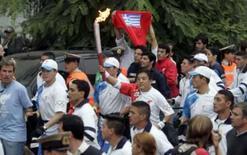 <p>O empresário argentino-chinês Hang Hao corre com a tocha dos Jogos de Pequim durante revezamento internacional da chama pelas ruas da capital argentina, nesta sexta-feira. Photo by Marcos Brindicci</p>