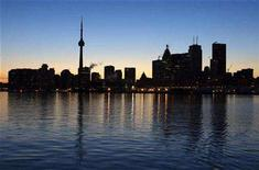 <p>The Toronto city skyline, normally aglow with lights from office buildings, is seen dark during Earth Hour in Toronto, March 29, 2008. REUTERS/Mark Blinch</p>
