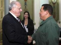 <p>O presidente venezuelano, Hugo Chávez, com o ministro da defesa brasileiro, Nelson Jobim, em Caracas. Foto de 14 de abril. Photo by Reuters (Handout)</p>