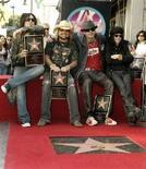 <p>I Motley Crue davanti alla loro stella alla Hollywood Walk of Fame. REUTERS/Fred Prouser</p>