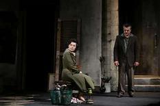 <p>Actores durante la noche de estreno de la obra 'The Return to Haifa' en un teatro en Jaffa, 14 abril 2008. Una pareja judía cría a un niño palestino abandonado. Décadas más tarde, las dos madres del pequeño se encuentran y, tras un intercambio agonizante y de alto voltaje, se abrazan vacilantemente. La escena está cargada de simbolismo, aumentado por el hecho de que se trata de la producción israelí de una novela palestina, y está interpretada por un elenco judío y árabe para conmemorar el cumpleaños número 60 de Israel. Photo by Baz Ratner/Reuters</p>