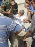 <p>Um residente ferido em ataque a bomba é carregado para hospital em Baquba, dia 15 de abril. Carros-bomba mataram mais de 50 pessoas em ruas movimentadas nas áreas sunitas do Iraque na terça-feira, num súbito surto de violência em uma região que até então estava quieta, se comparada ao sul xiita, palco de recentes batalhas. Photo by Stringer</p>