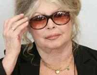 <p>La ex estrella de cine francesa Brigitte Bardot habla en Bruselas (Foto de archivo) 9 de junio 2006. La ex estrella de cine francesa Brigitte Bardot (en la foto) fue sometida el martes a juicio por insultar a los musulmanes, en la quinta oportunidad que enfrenta el cargo de 'incitar al odio racial' por sus controvertidas declaraciones sobre el Islam y sus seguidores. Los fiscales pidieron al tribunal de París que entregue al ex símbolo sexual de 73 años una sentencia de dos meses de prisión suspendida y la multe con 15.000 euros (23.760 dólares) por decir que la comunidad musulmana está 'destruyendo nuestro país e imponiendo sus actos'. Photo by Francois Lenoir/Reuters</p>