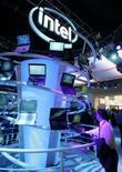 <p>Intel a enregistré au cours du premier trimestre de son exercice une baisse de son bénéfice trimestriel (à 1,44 milliard de dollars contre 1,64 milliard un an plus tôt) mais son chiffre d'affaires a légèrement dépassé les attentes (à 9,67 milliards de dollars, contre 8,85 milliards un an auparavant). /Photo prise le 7 janvier 2008/REUTERS/Steve Marcus</p>