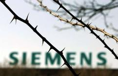 <p>Siemens annonce être parvenu à un accord avec les syndicats sur les suppressions d'emplois au sein de sa filiale d'équipements télécoms Siemens Enterprise Network - portant sur 1.200 suppressions de postes - et précise que les discussions progressent en vue de sa vente. /Photo d'archives/REUTERS/Tobias Schwarz</p>