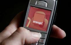 <p>Orange, avec l'appui de l'Etat, son actionnaire principal, examine la possibilité d'acquérir l'opérateur scandinave TeliaSonera, valorisé à 30 milliards d'euros, rapporte mercredi Le Figaro. /Photo prise le 22 février 2008/REUTERS/Phil Noble</p>