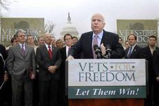 <p>Кандидат на пост президент США от республиканцев Джон Маккейн выступает на предвыборном митинге в Вашингтоне, 8 апреля 2008 года. Кандидат от республиканской партии Джон Маккейн в гонке перед предстоящими в ноябре выборами президента идет вровень со своим соперником демократом Бараком Обамой и немного опережает демократа Хилари Клинтон, согласно результатам опроса общественного мнения, опубликованного Reuters/Zogby в среду. (REUTERS/Jonathan Ernst)</p>