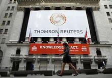 """<p>Pancarta de Thomson Reuters en Nueva York, 17 abril 2008. La nueva empresa de noticias e información financiera Thomson Reuters Corp podrá ser rival directo de Bloomberg LP y Reed Elsevier, pero su presidente ejecutivo, Tom Glocer, cree que la compañía también competirá con los gigantes tecnológicos Google Inc y Microsoft Corp. 'Habrá un puñado de 'gigantes de la información"""", explicó Glocer, de 48 años, en una entrevista en su oficina, tras completar la venta de Reuters Group Plc a la editorial canadiense Thomson Corp por más de 16.000 millones de dólares. Photo by Brendan Mcdermid/Reuters</p>"""