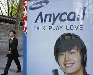 <p>Promoción de un teléfono móvil Samsung en Seúl, 17 abril 2008. El fiscal especial surcoreano que investiga las acusaciones de corrupción en el Grupo Samsung acusó formalmente el jueves a Lee Kun-hee, máximo dirigente del grupo y uno de los empresarios más poderosos del país, por evasión de impuestos y prevaricación. La investigación se inició en enero después de que un antiguo asesor legal de alto nivel de la empresa acusara a algunos de sus directivos de ocultar dinero y mantener un fondo de más de 200 millones de dólares para sobornar a funcionarios. Photo by Lee Jae-Won/Reuters</p>