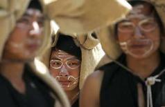 <p>Personas disfrazadas como tigres participan de una ritual tradicional en Shuangbai, China, 16 abril 2008. China presentó una queja formal contra el canal de televisión estadounidense CNN y demandó una sincera disculpa por lo que llamó un ataque malintencionado de parte de uno de sus comentadores, que calificó a los chinos de 'tontos' y a sus productos de 'basura'. CNN respondió a la crítica de China diciendo que no había tenido la intención de causar una ofensa y que se 'disculparía con cualquiera que haya interpretado los comentarios de esa forma'. Dijo que el comentarista Jack Cafferty estaba entregando una opinión vehemente sobre el Gobierno de China, no sobre su pueblo. Photo by Stringer Shanghai/Reuters</p>
