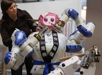 <p>Immagine del robot giapponese 'Motoman' alla fiera tecnologica di Hannover in via di allestimento. REUTERS/Christian Charisius (GERMANY)</p>