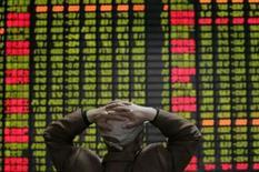 <p>As principais bolsas asiáticas terminaram esta terça-feira em queda, com os investidores recuando frente a notícias ruins do setor bancário enquanto novos temores sobre a queda do dólar impactaram empresas voltadas para exportações. Photo by Aly Song</p>