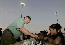 <p>El ex campeón mundial de ajedrez Anatoli Karpov, juega una partida simultánea en La Habana.  Abr 21, 2008. El siete veces campeón mundial de ajedrez, Anatoli Karpov, disputó una partida simultánea con unos 4.000 estudiantes cubanos en una antigua base militar de escucha rusa convertida en universidad. Estudiantes y profesores, emocionados por la presencia de Karpov, jugaron el lunes en la noche bajo la atenta mirada del titular mundial de la Federación Internacional (FIDE) entre 1975-1985 y  Photo by Enrique De La Osa/Reuters</p>