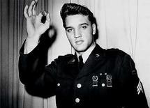 <p>Foto de archivo del cantante estadounidense Elvis Presley con uniforme del ejército. La leyenda del rock Elvis Presley efectivamente visitó Gran Bretaña en un viaje secreto a Londres acompañado por el músico Tommy Steele, se informó el martes. Por más de medio siglo se pensó que el 'Rey' solamente realizó en 1960 una fugaz visita de tránsito a Escocia, desilusionando a su legión de fanáticos británicos. Photo by Reuters (Handout)</p>