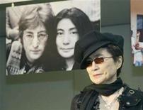 <p>File photo shows Yoko Ono posing for photographers during a news conference at Saitama Super Arena, north of Tokyo October 2, 2003. REUTERS/Yuriko Nakao</p>