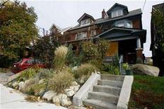 <p>A house in a suburb shows a new trend in landscaping that moves away from manicured lawns and towards using environmentally friendly organic landscapes in Toronto, October 26, 2007. REUTERS/Mark Blinch</p>