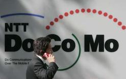 <p>NTT DoCoMo, premier opérateur télécoms mobile japonais, annonce une hausse de son bénéfice opérationnel de 4,5% au dernier trimestre, une baisse des coûts ayant compensé une diminution du nombre des abonnés sur un marché où la concurrence fait rage. /Photo prise le 25 avril 2008/REUTERS/Yuriko Nakao</p>