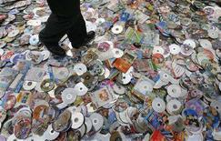 <p>CD и DVD-диски с нелицензионным программными обеспечением, которые должны быть уничтожены в Наньцзине 14 апреля 2007 года. Полиция Китая конфисковала нелицензионное программное обеспечение на сумму $750 миллионов в рамках борьбы с пиратством в области интеллектуальной собственности, которая отрицательно влияет на торговые связи, сообщило государственно новостное агентство Xinhua в пятницу. (REUTERS/Sean Yong)</p>