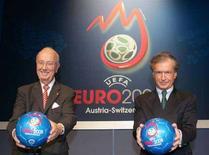<p>Президенты Федерации футбола Швейцарии (слева) и Австрии на презентации Евро-2008 в Вене 7 июня 2005 года. Футбольным болельщикам, собирающимся в июне Швейцарию и Австрию, необходимо позаботиться о прививках от кори, сообщил в пятницу представитель Всемирной организации здравоохранения (ВОЗ). (REUTERS/Leonhard Foeger)</p>