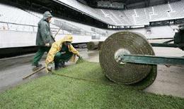 <p>Operai sistemano il prato allo stadio di Innsbruck per gli Europei 2008. REUTERS/Dominic Ebenbichler</p>
