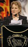<p>Simplemente ya no hacen a los artistas como solían hacerlos y, a los 62 años, Bette Midler (en la foto) debería saberlo. Midler está experimentando lo que ella llama un 'boomlet', o un mini boom en su carrera. Ha reemplazado a Celine Dion en un compromiso de dos años para cantar en Las Vegas y coprotagoniza con Helen Hunt la película 'Then She Found Me', su primer largometraje en tres años que fue estrenado el viernes. Photo by Lucas Jackson/Reuters</p>