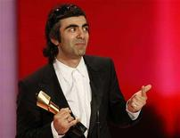 <p>Turkish director Fatih Akin holds the trophy during the German Film Prize 'Lola' award ceremony in Berlin April 25, 2008. REUTERS/Fabrizio Bensch</p>