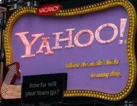 <p>Una insegna di Yahoo a Time Square, New York. REUTERS/Joshua Lott</p>