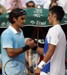 <p>O tenista suíço Roger Federer (esq) cumprimenta co rival sérvio, Novak Djokovic, após partida pela semi-final do Master Series de Monte Carlos, em Mônaco, dia 26 de abril. Federer, número um do mundo, garantiu seu lugar na final do Master de Monte Carlo depois que seu adversário na semi-final, Djokovic, se retirou da partida neste sábado. Photo by Reuters</p>