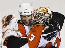 <p>Philadelphia Flyers R.J. Umberger hugs goalie Martin Biron after defeating the Montreal Canadiens in Game 2 of the Eastern Conference semi-final in Montreal, April 26, 2008. REUTERS/Christinne Muschi</p>