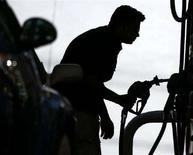 <p>Мужчина смотрит на цену, по которой продается бензин, в тот момент когда заправляет свою машину в Майами 23 апреля 2008 года. Более 300 автомобилей с разъяренными водителями в субботу выстроились в колонну крупнейшем городе российского Дальнего Востока, чтобы выразить протест против роста цен на топливо, превысивших 27 рублей ($1,1) за литр Аи-92. (REUTERS/Carlos Barria)</p>